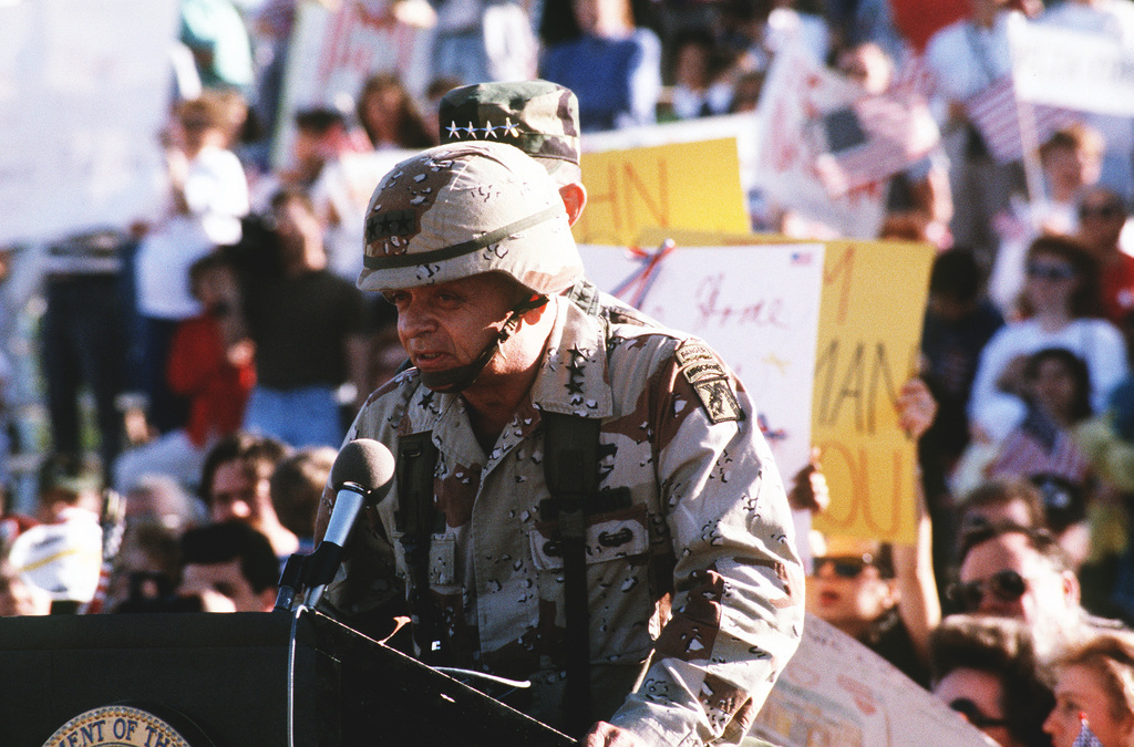 LT. GEN. Gary E. Luck, commanding general, XVIII Airborne Corps, addresses elements of the 82nd Airborne Division upon their return from Operaton Desert Storm