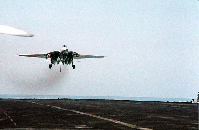 A Fighter Squadron 21 (VF-21) F-14 Tomcat aircraft approaches the flight deck of the aircraft carrier USS INDEPENDENCE (CV-62). The INDEPENDENCE is participating in OPERATION SOUTHERN WATCH, a multinational effort establishing a no-fly zone for Iraqi aircraft south of the 32nd parallel in Iraq