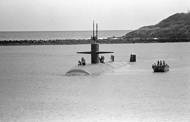 Aerial port bow view of the nuclear-powered attack submarine USS INDIANAPOLIS (SSN-697) entering port to provide assistance after Hurricane Iwa passed through the area