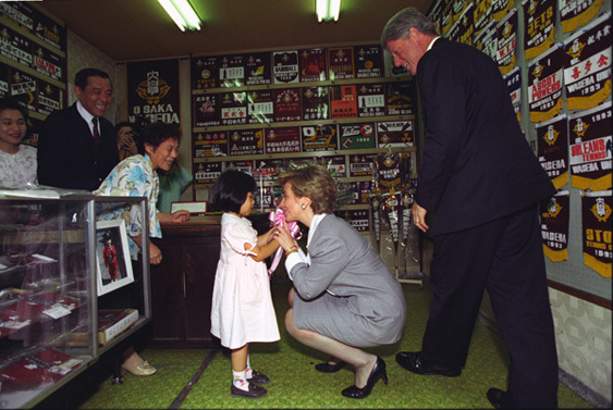 President William J. Clinton and First Lady Hillary Rodham Clinton Visiting a Shop in the Okuma Shopping District