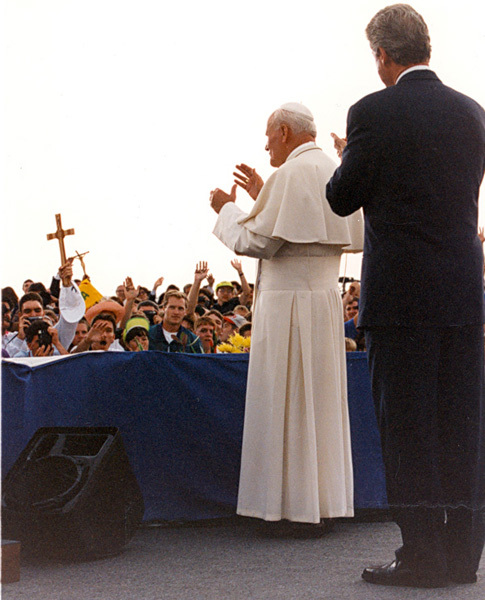 Photograph of President William J. Clinton and Pope John Paul II Greeting the Citizens of Colorado at Denver's Stapleton International Airport