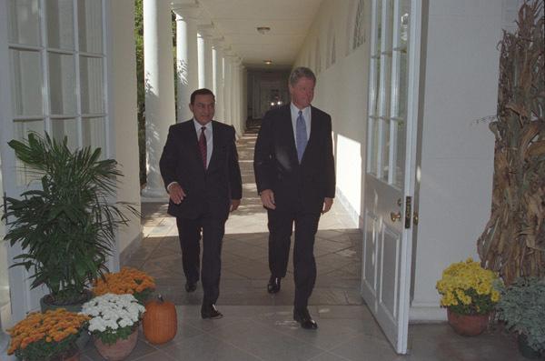 Photograph of President William J. Clinton Walking with Egyptian President Hosni Mubarak along the White House Colonnade