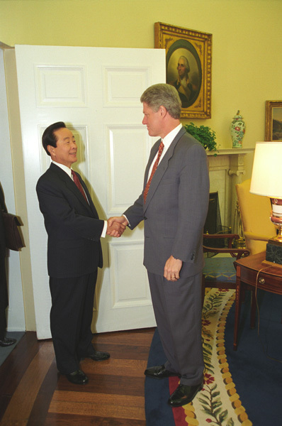 Photograph of President William Jefferson Clinton and President Kim Young-Sam of the Federal Republic of Korea (South Korea) in the Oval Office at the White House in Washington, D.C.
