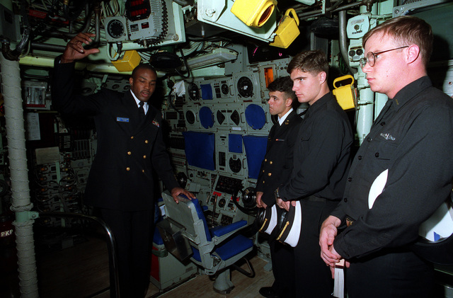 Midshipmen from the US Naval Academy receive a tour of the control room of the nuclear-powered attack submarine USS NORFOLK (SSN-714) from CHIEF Fire Control Technician (FTC) Ricky Williams during a port of call at Annapolis, Md