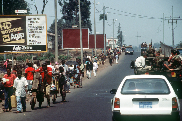 Refugees line the streets making their return journey to Rwanda