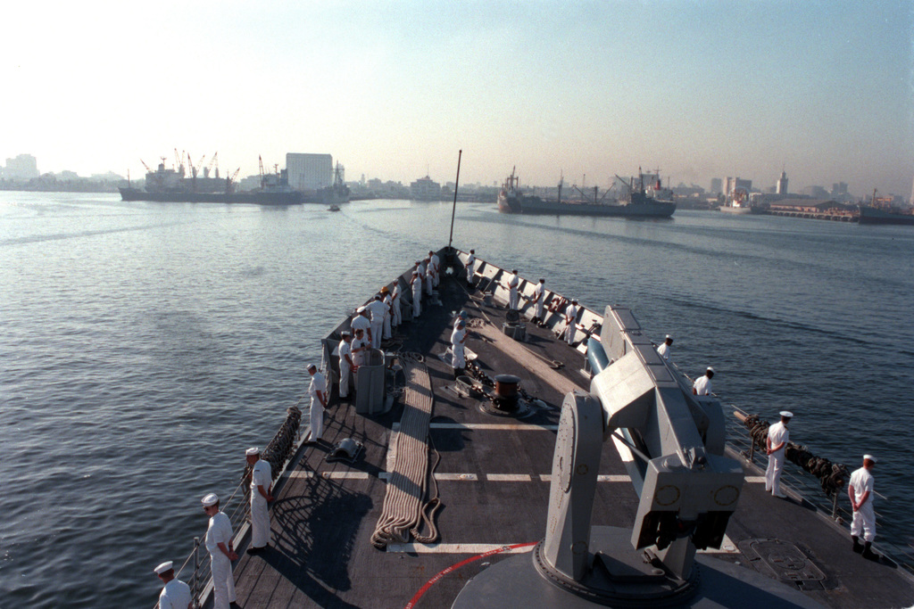 Sailors man the rail of the guided missile frigate USS VANDERGRIFT (FFG-48) as the ship enters port for a visit