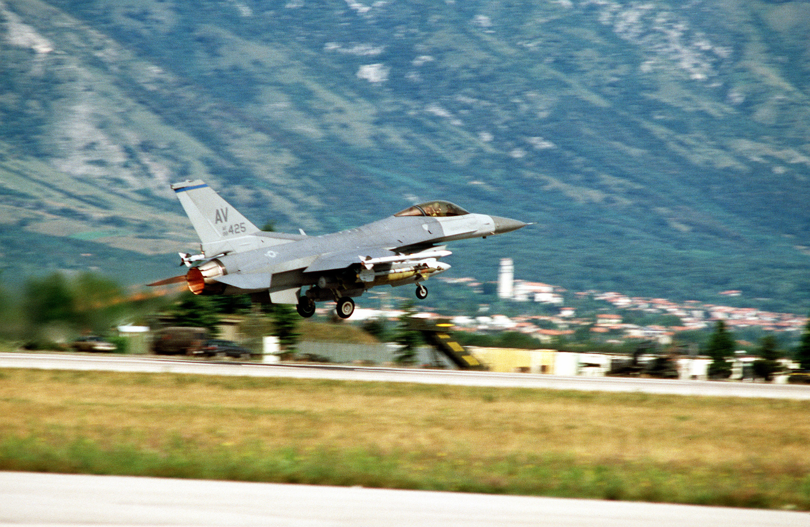 A right side view of a US Air Force F-16C Fighting Falcon aircraft of the 31st Fighter Wing, takes off for a mission in support of NATO airstrikes against the Bosnian Serbs