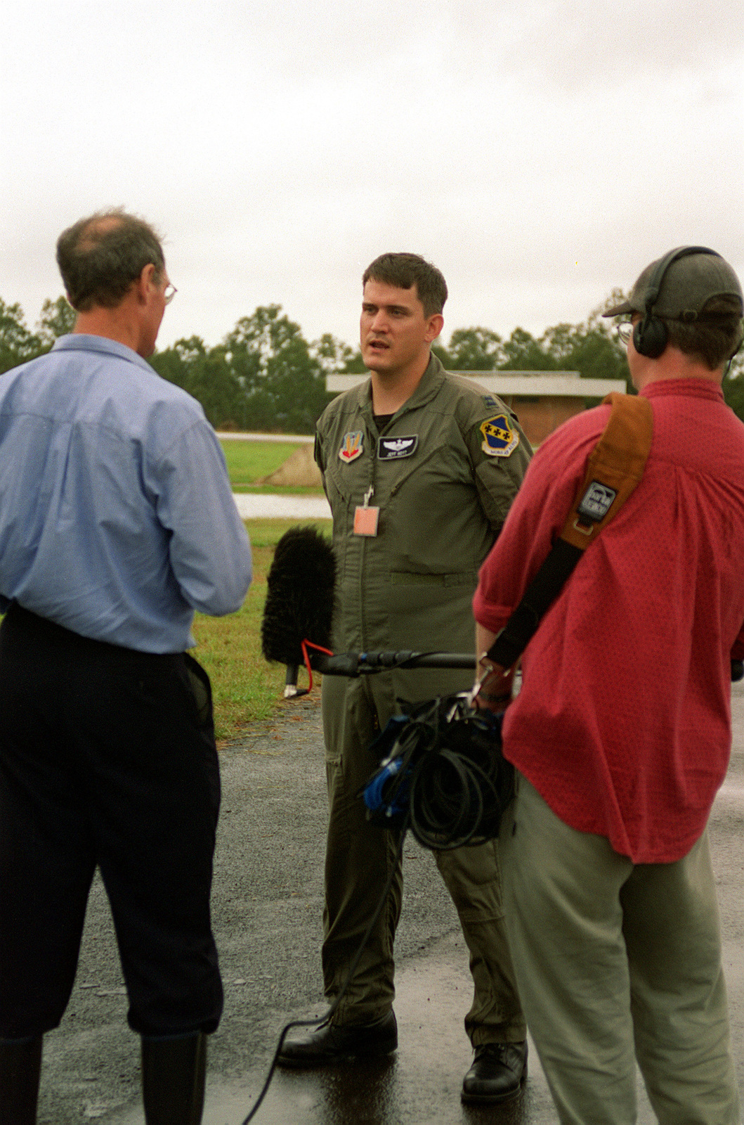 A member of the 9th Bomb Squadron discusses the operation and mission of the United States Air Force to the Australian press