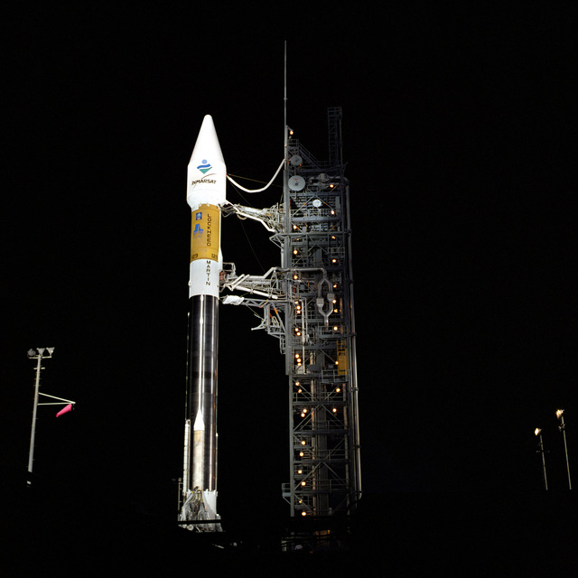 An Air Force and Lockheed Martin ATLAS IIA sits poised on Space Launch Complex 36A. This ATLAS IIA Space Launch Vehicle, designated AC-129 is carrying an INMARSAT-3 F3 satellite