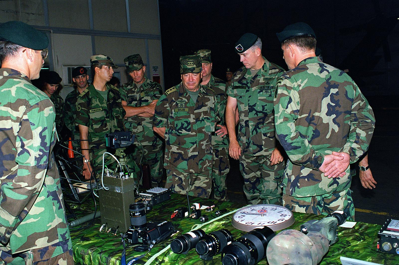 MGEN Mario Hugo Galan (center), Commander, Colombian Army