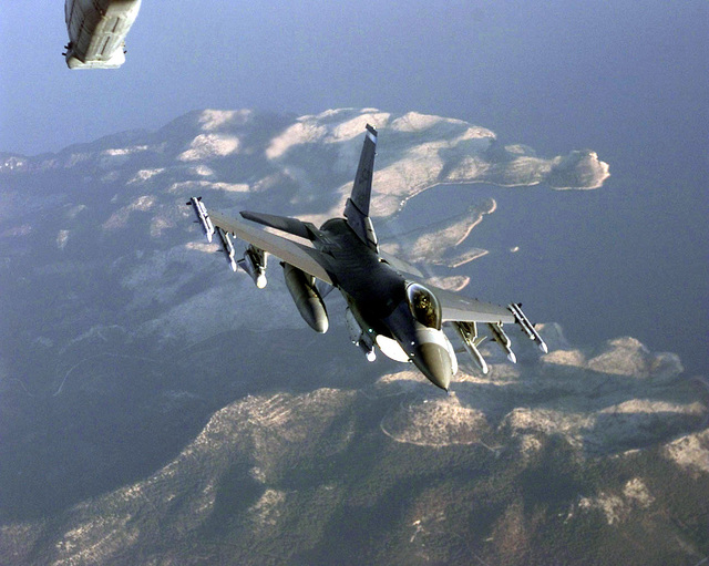 A US Air Force F-16C Falcon from the 52nd Fighter Wing, Spangdahlem Air Base, Germany, moves into the contact position during a refueling mission while deployed to a forward location in the European theatre. This mission is in direct support of Joint Task Force Noble Anvil