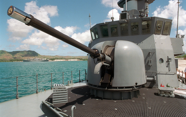 Close up view of the 76.mm OTO Melara 3-inch gun mounted on the deck of the Republic of Singapore Navy (RSN) VICTORY CLASS, MISSILE CORVETTE, VALOR (P 89) at the Sierra Pier, Guam during Exercise TANDEM THRUST 99