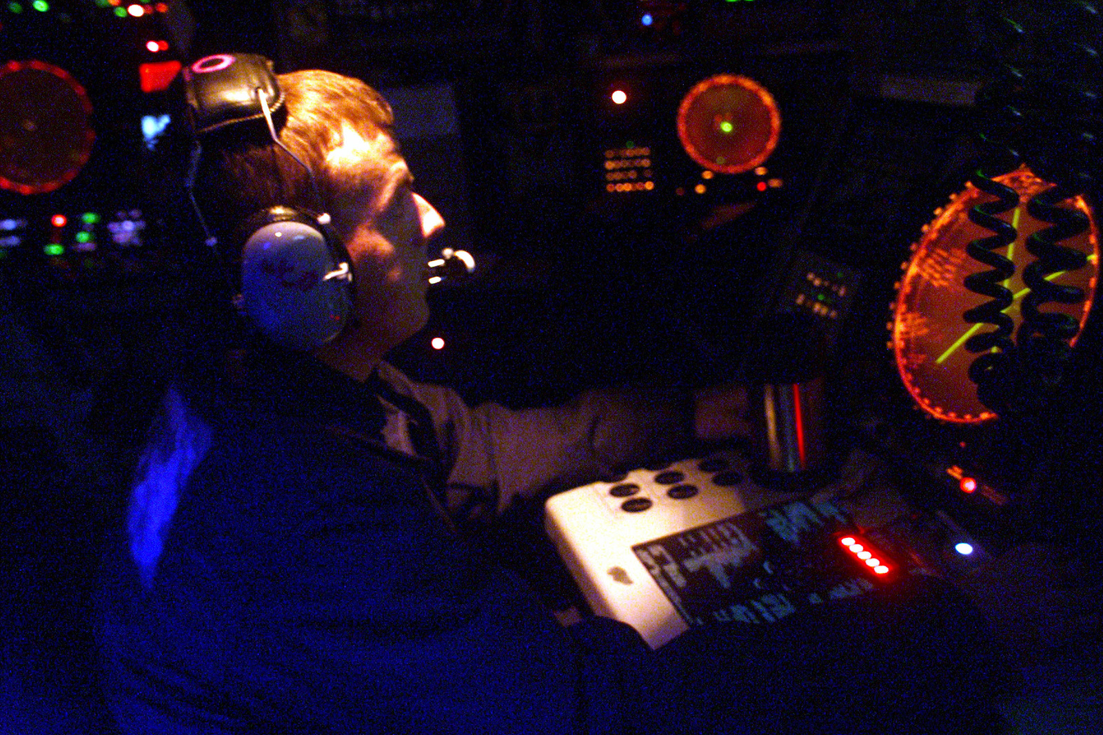 US Navy Fire Control Technician Second Class Tim Hartzog, acts as Weapons Control Officer aboard USS REUBEN JAMES (FFG 57) during Exercise TEAMWORK SOUTH '99 off the coast of Chile