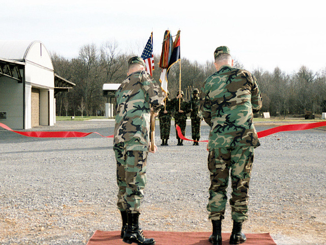 US Army General Jack Keane, Vice CHIEF of STAFF of the Army, and Major General Robert Clark, 101st Airborne Division (Assault), and Fort Campbell, Kentucky, Post Commander, cut the ribbon that officially opens the Sabalauski Air Assault School on December 17th, 1999
