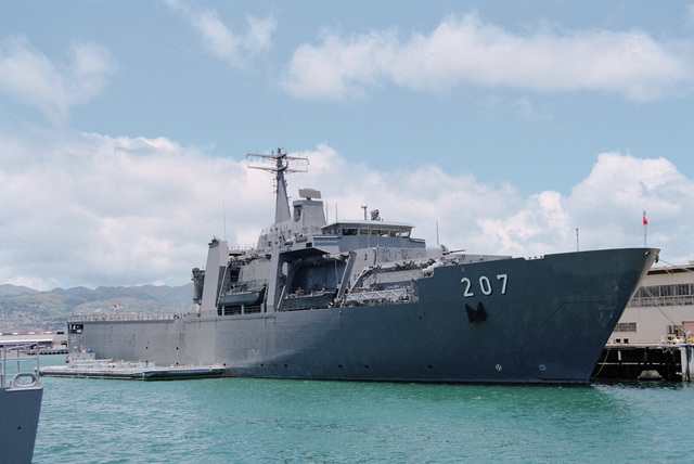BRAVO PIER no. 21. Starboard bow view of the new Singapore tank landing ship RSS ENDURANCE (LST 207) tied up. The ship is making a stopover en route to New York for fleet week and is not part of RIMPAC 2000