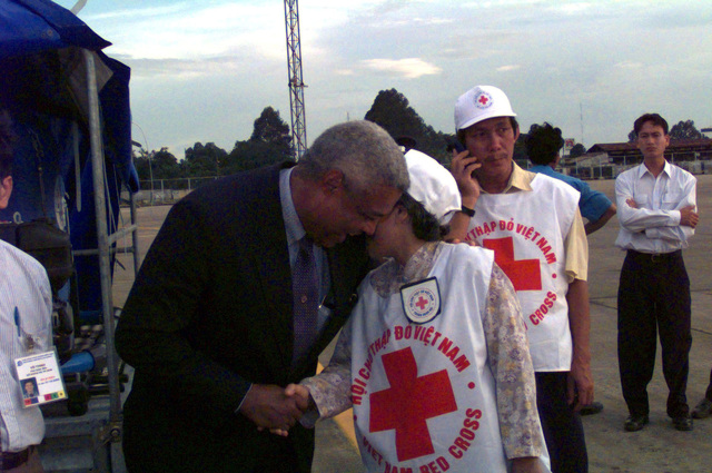 Dr. Nguyen Thi Hoi (Right), Vice President of the Viet Nam Red Cross, accepts a water purification system from Mr. Charles A. Ray (Left), Consul General of the United States of America, at Tan Son Nhat, Viet Nam. (sub-standard)