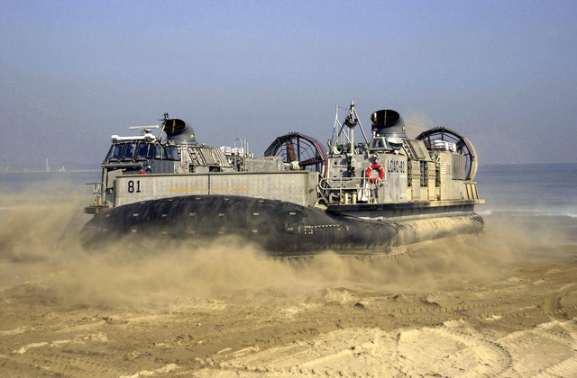 A Landing Craft, Air Cushioned (LCAC) glides onto the sands of Dogu beach from the USS ESSEX (LHD 2) during FOAL EAGLE 2000