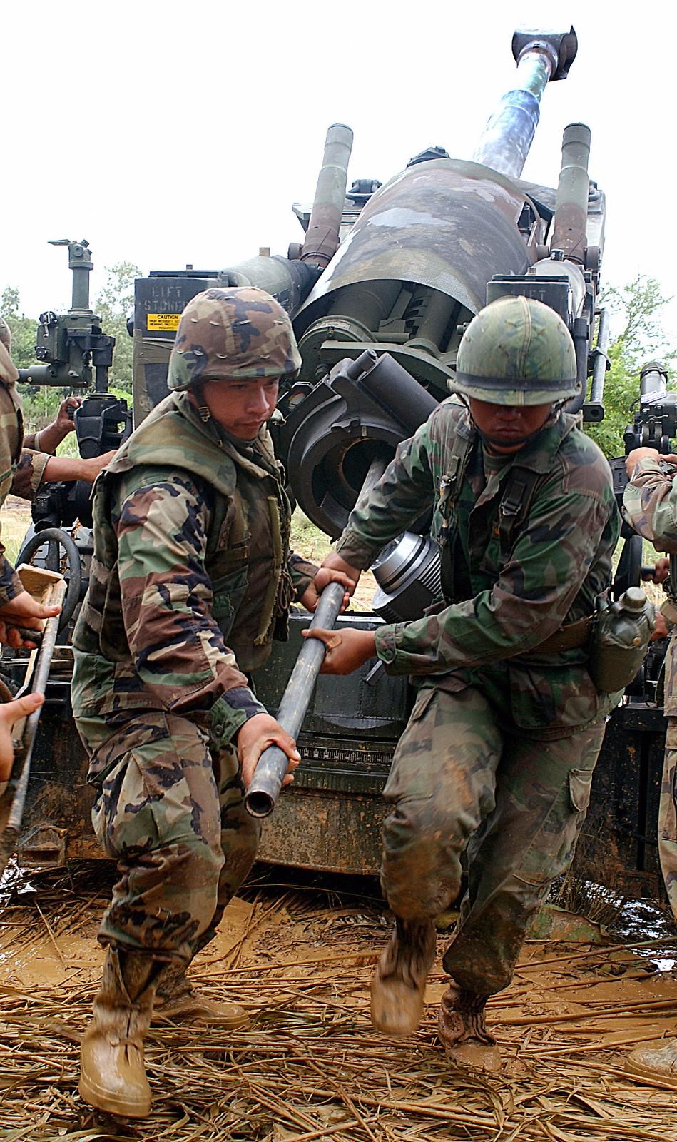 A US Marine Corps (USMC) Marine (left) and a Royal Thai Marine