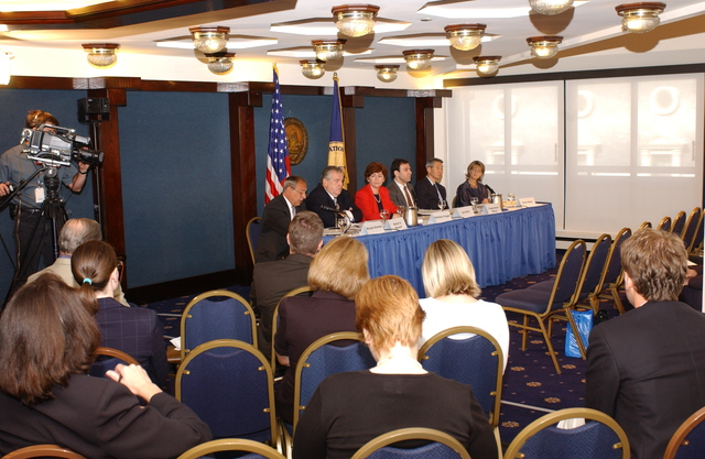 [Assignment: ESA_2002_8884_4] Economics and Statistics Administration - UNDER SECRETARY KATHLEEN COOPER PARTICIPATES IN NAT'L PRESS CLUB PANEL [40_CFD_ESA_2002_8884_4_DSC_0549.JPG]