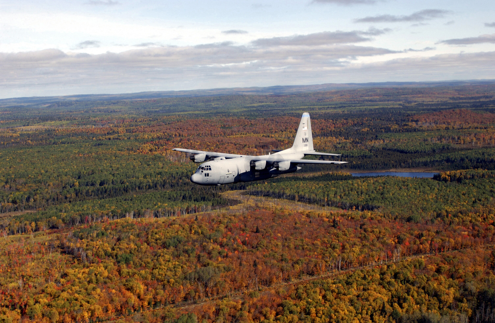 A US Air Force (USAF) Minnesota (MN) Air National Guard (ANG) C-130H3 Hercules aircraft assigned to the 133rd Airlift Wing, flies along the north shore of Lake Superior near Duluth, MN