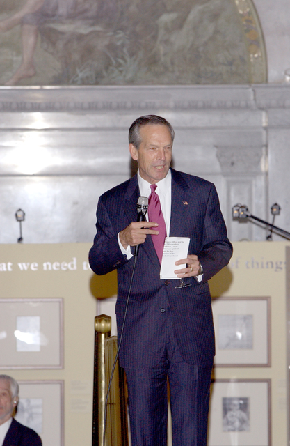 [Assignment: OS_2003_1201_20] Office of the Secretary - SECRETARY DONALD EVANS AT DINNER AND HIS ADDRESS AT USPTO BICENTENNIAL [40_CFD_OS_2003_1201_20_069.jpg]
