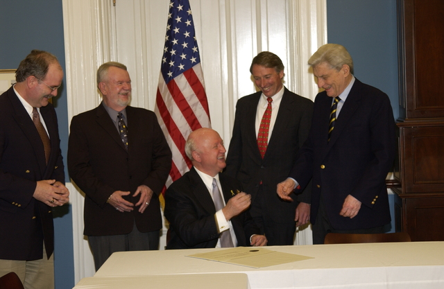 [Assignment: OS_DS_2003_1202_23] Office of the Deputy Secretary - DEPUTY SECRETARY SAMUEL BODMAN SIGNING CEREMONY WITH VIRGINIA APPLE GROWERS [40_CFD_OS_DS_2003_1202_23_DSC_1564.JPG]