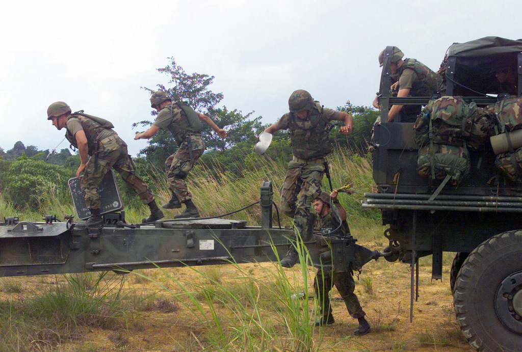 US Marine Corps (USMC) Marines assigned to S/Battery, 5th Battalion, 10th Marines, and Royal Thai Marines prepare to set up a M198 155mm Howitzer during a dry fire exercise at Gun Position 10, Pong Nam Ran, Thailand, during Exercise COBRA GOLD 2003
