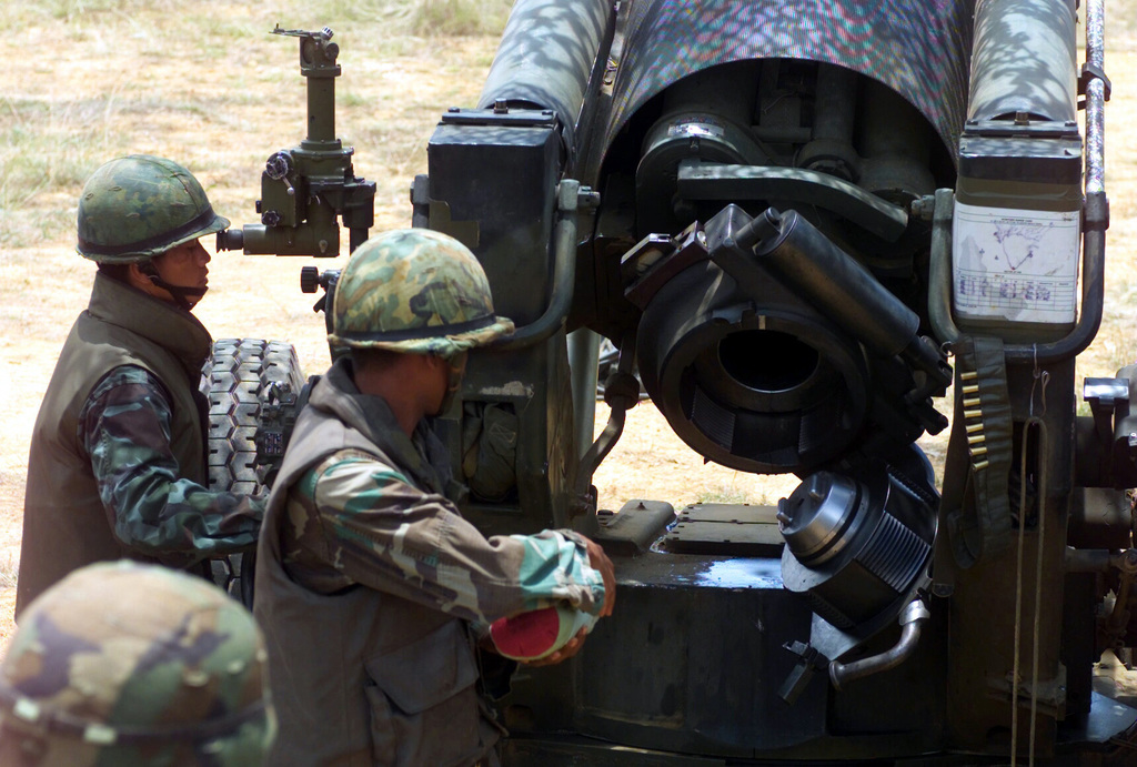 Royal Thai Marines prepare to fire the M198 155mm Howitzer during a live fire exercise at Gun Position 10, Pong Nam Ran, Thailand, during Exercise COBRA GOLD 2003