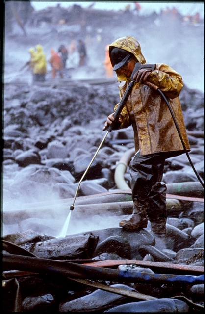 Library of Environmental Images, Office of Research and Development (ORD), September 1996 - Hazardous Waste - Worker cleaning oil-covered rocks using high-pressure spray (AK)
