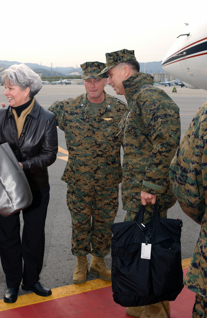 US Marine Corps (USMC) General (GEN) William L. Nyland (center, holding flight bag), Assistant Commandant of the Marine Corps (ACMC), and his wife (right) arrive on the first day of GEN Nylandßs official visit to Marine Corps Air Station (MCAS) Iwakuni, Yamaguchi, Japan