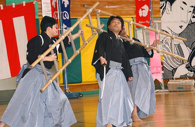 Koike Kanmai dancers demonstrate their Tai sword fighting