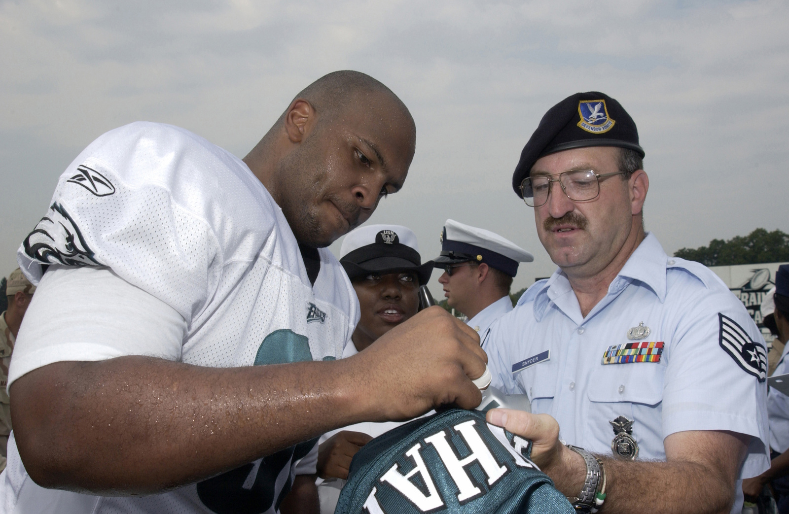 huge discount a003f e2211 Philadelphia Eagles Defense Tackle Corey Simon autographs an ...
