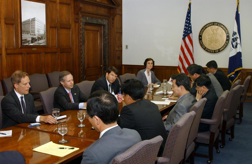 [Assignment: BIS_2004_8484_48] Bureau of Industry and Security - Under Secretary KEN JUSTER WITH KOREAN DELEGATION [40_CFD_BIS_2004_8484_48_korea20.jpg]