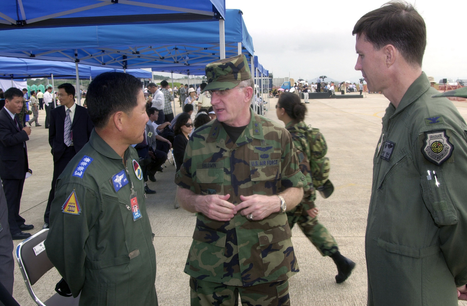 U.S. Air Force MAJ. GEN. Baldwin (center) Air Force CHIEF of Chalpains, talks with COL. Chi (left), Commander of the South Korean Air Forces, during the Kunsan Air Show at Kunsan Air Base, Republic of Korea, on Sept. 17, 2004.(U.S Air Force PHOTO by STAFF SGT. Alan W. Port) (RELEASED)