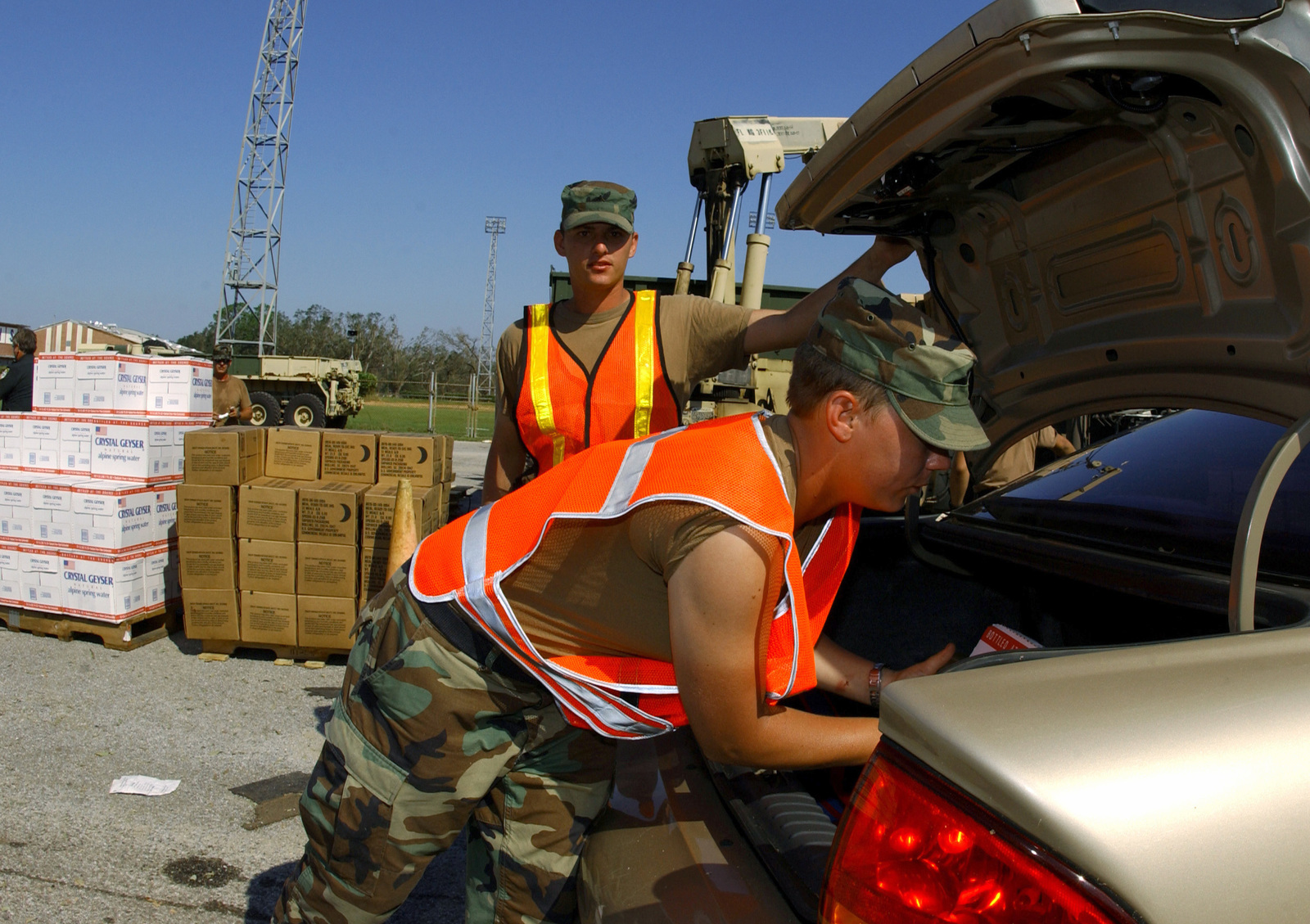 Florida Army National Guard Privates Katie Boldizar and Billy Knight, 3rd Battalion ' 116th Field Artillery, Arcadia, Fla., load Meals-Ready-to-Eat into civilian vehicles of the local community members affected by Hurricane Ivan at a high school in Pensacola, Florida on Sept. 18, 2004. (U.S. Air Force photo by STAFF Sergeant Sarayuth Pinthong)(Released)