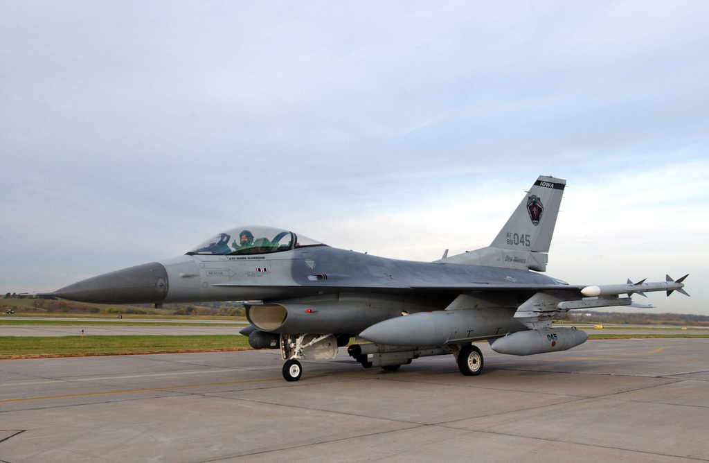 """Iowa Air National Guard 132nd Fighter Wing LT. COL. Mark""""Eddie""""Hammond, gives a""""Thumbs Up""""in an F-16C Fighting Falcon fighter aircraft during exercise Coronet White at Des Moines International Airport, on Oct. 11, 2004. (U.S. Air Force PHOTO by SENIOR MASTER SGT. Tim Day) (Released)"""