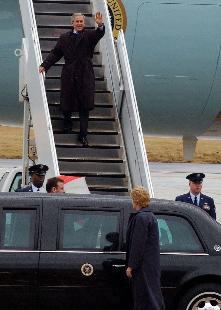 U.S. President George W. Bush arrives at Scott Air Force Base, Ill., on Jan. 5, 2005. The President is traveling to Collinsville Convention Center, Collinsville, Ill., to discuss placing monetary limitations on awards given in malpractice cases. (USAF PHOTO by STAFF SGT. Elizabeth Slade) (Released)