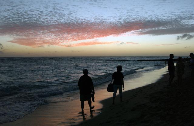 People stroll along Waikiki beach, Honolulu, Hawaii, on Jan. 16, 2005. (U.S. Air Force PHOTO by TECH. SGT. Joe Zuccaro) (Released)