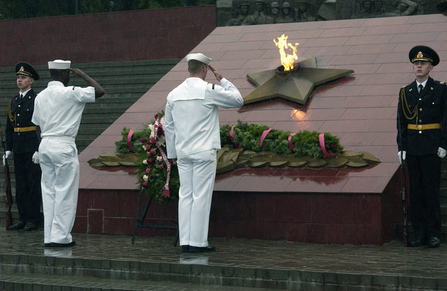 US Navy (USN) Sailors render a salute during a wreath laying ceremony at Russia's Eternal Flame of the Pacific Fleet Combat Glory memorial in Vladivostok, Russia. The Sailors assigned to the USN Guided Missile Destroyer USS CURTIS WILBUR (DDG 54) and the mine counter measures Ship USS PATRIOT (MCM 7) paid their respects on the Fourth of July, US Independence Day
