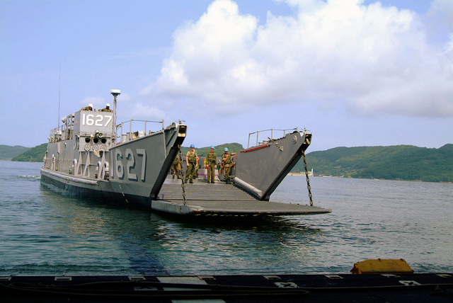 US Navy (USN) Landing Craft, Utility (LCU) 1631, assigned to Assault Craft Unit 1 (ACU-1), Naval Amphibious Base (NAB) Coronado, California (CA), prepares to pull into the well deck of the USN Wasp Class Amphibious Assault Ship USS ESSEX (LHD 2) at Sasebo Harbor, Japan (JPN). The ESSEX is currently participating in Amphibious Specialty Training (AST), certifying the well deck for operations