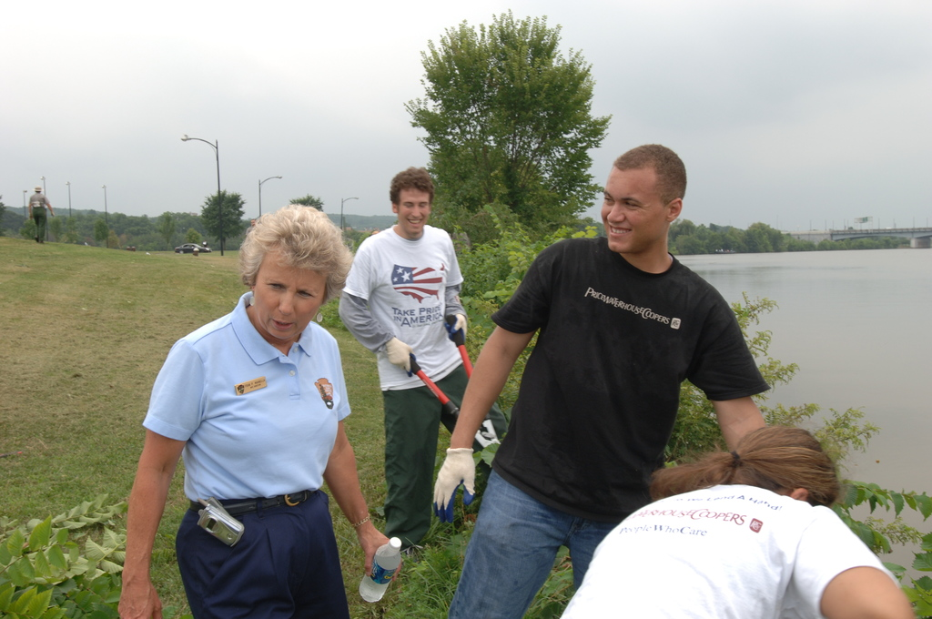 [Assignment: 48-DPA-N_TPIA_7-13-05_Anac] [Department of Interior officials and staff joining  other] Take Pride in America volunteers at the Anacostia River Cleanup event, [sponsored by PriceWaterhouseCoopers, in Washington, D.C.]  [48-DPA-N_TPIA_7-13-05_Anac_DOI_6111.JPG]