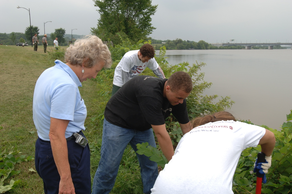 [Assignment: 48-DPA-N_TPIA_7-13-05_Anac] [Department of Interior officials and staff joining  other] Take Pride in America volunteers at the Anacostia River Cleanup event, [sponsored by PriceWaterhouseCoopers, in Washington, D.C.]  [48-DPA-N_TPIA_7-13-05_Anac_DOI_6110.JPG]