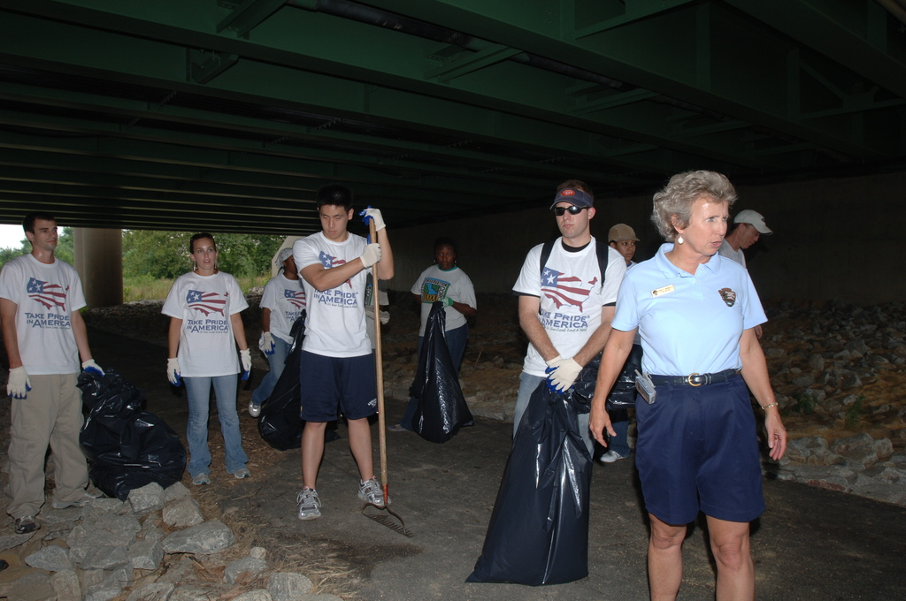 [Assignment: 48-DPA-N_TPIA_7-13-05_Anac] [Department of Interior officials and staff joining  other] Take Pride in America volunteers at the Anacostia River Cleanup event, [sponsored by PriceWaterhouseCoopers, in Washington, D.C.]  [48-DPA-N_TPIA_7-13-05_Anac_DOI_6158.JPG]