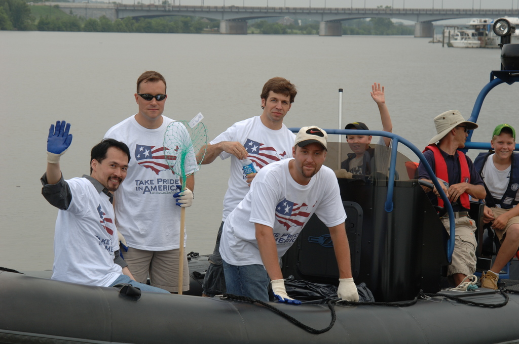 [Assignment: 48-DPA-N_TPIA_7-13-05_Anac] [Department of Interior officials and staff joining  other] Take Pride in America volunteers at the Anacostia River Cleanup event, [sponsored by PriceWaterhouseCoopers, in Washington, D.C.]  [48-DPA-N_TPIA_7-13-05_Anac_DOI_6065.JPG]