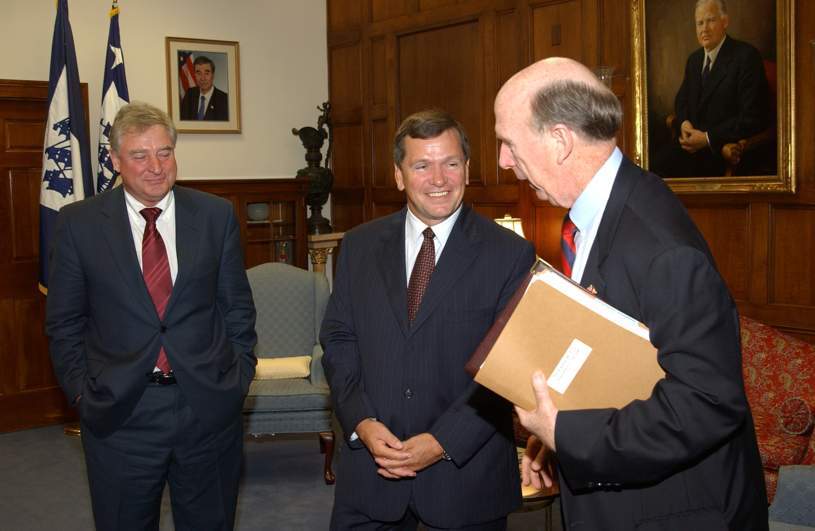 [Assignment: OS_2005_1201_317] Office of the Secretary - Canadian Minister with Secretary Carlos Gutierrez [40_CFD_OS_2005_1201_317_651.JPG]