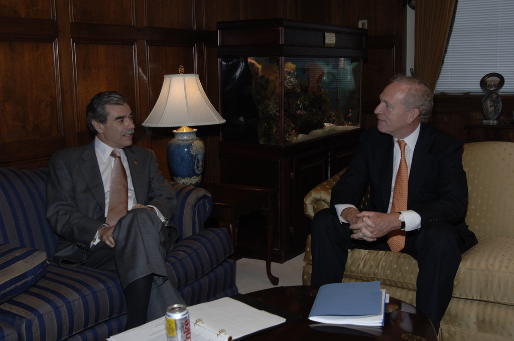 [Assignment: OS_2006_1201_14] Office of the Secretary (Carlos Gutierrez) - Secretary with George David, CEO United Technologies [40_CFD_OS_2006_1201_14__DSC1965.JPG]