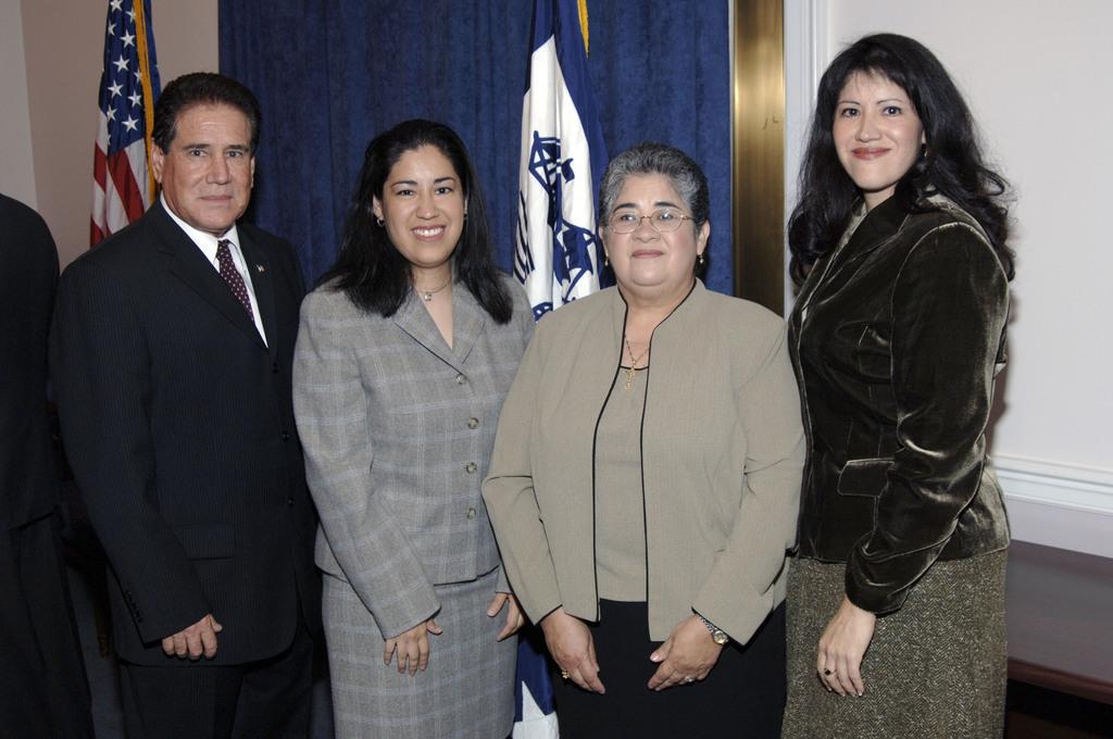 [Assignment: OS_2006_1201_19] Office of the Secretary (Carlos Gutierrez) - Israel Hernandez Swearing-In [40_CFD_OS_2006_1201_19__DSC1992.JPG]