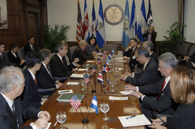 [Assignment: OS_2006_1201_22] Office of the Secretary (Carlos Gutierrez) - Central America Free Trade Agreement (CAFTA), Roundtable, Standards and Competiveness [40_CFD_OS_2006_1201_22__DSC2138.JPG]