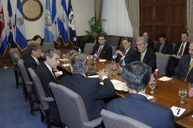 [Assignment: OS_2006_1201_22] Office of the Secretary (Carlos Gutierrez) - Central America Free Trade Agreement (CAFTA), Roundtable, Standards and Competiveness [40_CFD_OS_2006_1201_22__DSC2149.JPG]
