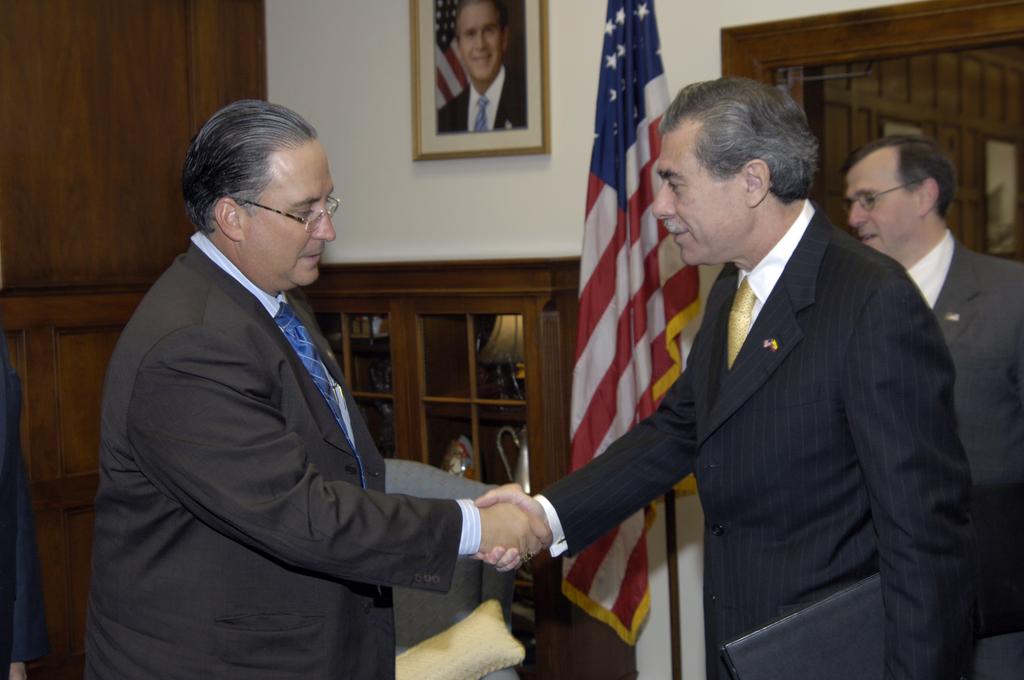 [Assignment: OS_2006_1201_51] Office of the Secretary (Carlos Gutierrez) - Secretary with Ecuador Minister Jorge Illingworth [40_CFD_OS_2006_1201_51__DSC2979.JPG]
